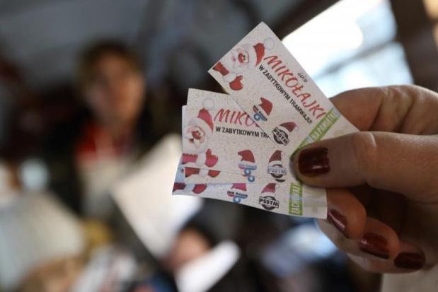Pasażerowie otrzymali m.in. pamiątkowe bilety(fot.Grzegorz Mehring/www.gdansk.pl)