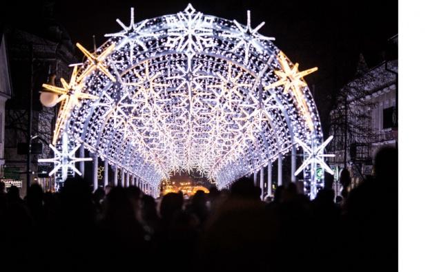 W centrum Radomia rozbłysnął świąteczny tunel świetlny