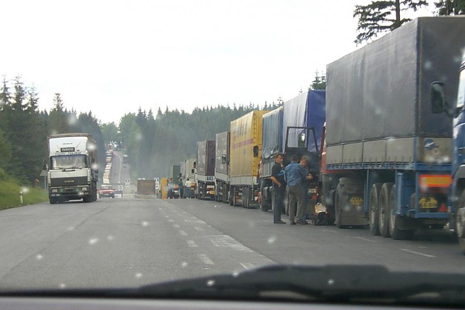 Systemy ważenia pojazdów remedium na przeciążone ciężarówki i remonty dróg?