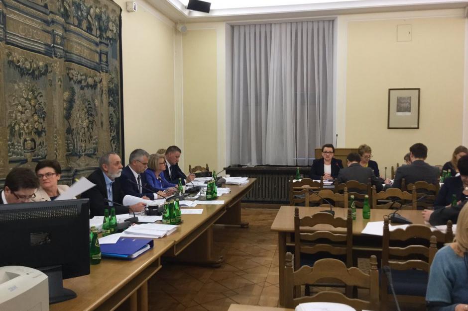 Reforma oświaty, Sejm: Komisje na wniosek MEN wniosły poprawki do projektów reformujących edukację