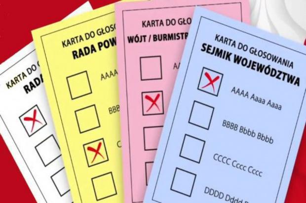 Książeczki do głosowania są wygodniejsze od dużych kart, ale w przypadku wyborów samorządowych są kłopotliwe, bo liczą wiele stron (fot.youtube)