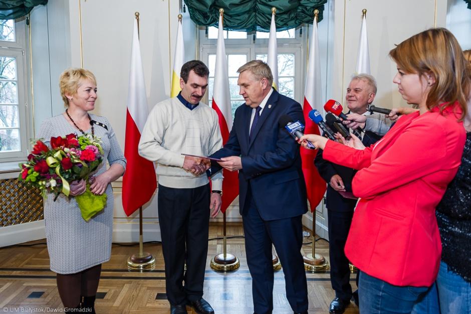 Białystok: Miasto wręczyło klucze do mieszkania repatriantom z Kazachstanu