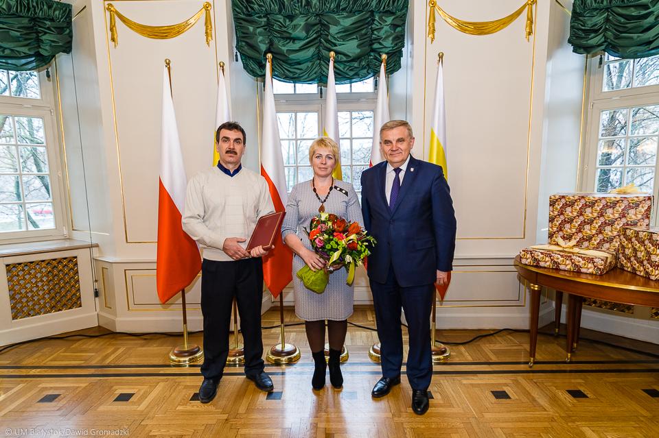 Państwo Ilona i Aleksander Baszyńscy z prezydentem Tadeuszem Truskolaskim. (fot. UM Białystok)