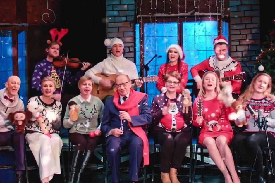 Boże Narodzenie: Samorządowcy tańczą, śpiewają i życzenia składają