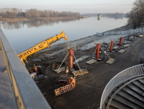 Rosną filary kładki pieszo-rowerowej na moście Łazienkowskim