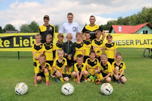 Łukasz Piszczek z najmłodszymi piłkarzami z Goczałkowic. (fot.goczalkowice.pl)