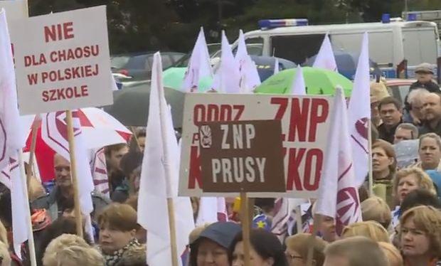 Reforma edukacji z podpisem prezydenta: Związki podzielone, protestujący rodzice rozczarowani