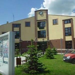 Gmina Klonowa    Nowa siedziba UG w Klonowej powstała w 2013 r. na terenie byłego parkingu przy poprzednich budynkach urzędu gminy.   Obiekt jest piętrowy i wyglądem nawiązuje do budynku gminnej biblioteki, z którą połączony został łącznikiem. Inwestycja kosztowała ok. 2,4 mln zł.