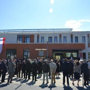 Suwałki    Uroczyste otwarcie nowego budynku Urzędu Gminy Suwałki zlokalizowanego przy ulicy Świerkowej w Suwałkach odbyło się w sierpniu 2014 r.   Nowy budynek UG Suwałki to dwukondygnacyjny obiekt o powierzchni 2,6 tys. m kw. W środku znajduje się: punkt obsługi petenta i nowoczesne archiwum. Siedziba Urzędu Gminy, której koszt opiewa na 6,8 mln zł, jest także przystosowana dla niepełnosprawnych.