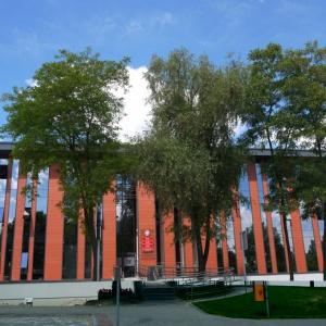 Komorniki     Rozbudowa i modernizacja siedziby urzędu gminy Komorniki definitywnie zakończyła się w 2013 r.   Dobudowano skrzydło oraz wyremontowano istniejącą wcześniej część oraz komisariat policji, który mieści się w budynku urzędu. Budynek urzędu po rozbudowie to 2 tys. m kw., 40 biur, salki konferencyjne, nowoczesna sala sesyjna i sala ślubów, ponad stumetrowe archiwum, pomieszczenia socjalne i magazynowe. Urząd wyposażony w windę jest dostosowany do potrzeb osób niepełnosprawnych. Koszt inwestycji wyniósł ponad 9,8 mln zł.