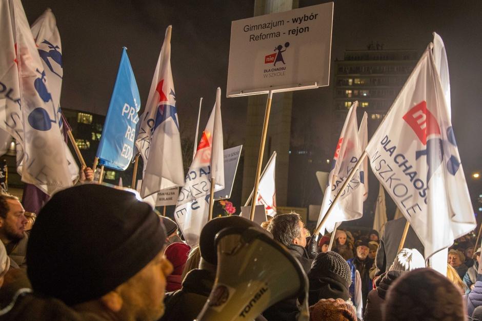 Huczny protest ok. 100 przeciwników zmian w oświacie