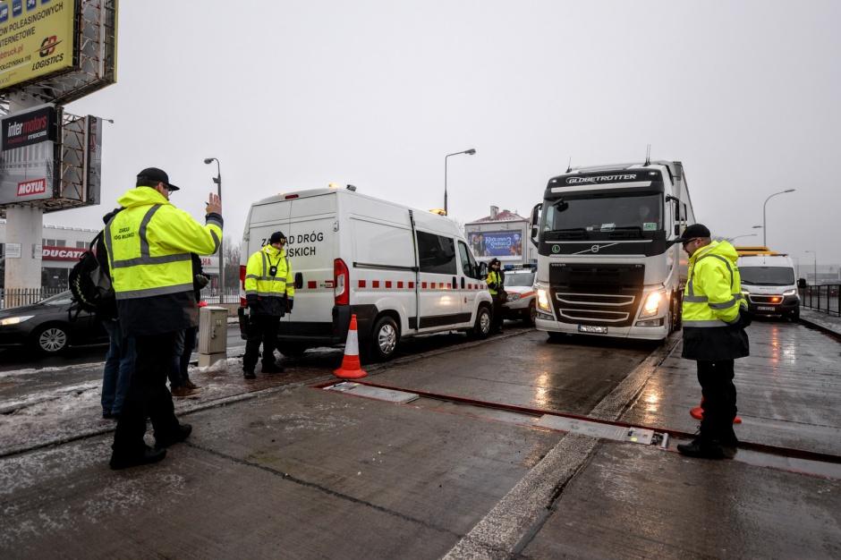 Kontrole pojazdów ciężarowych w Warszawie. Kary sięgnęły 400 tys. zł