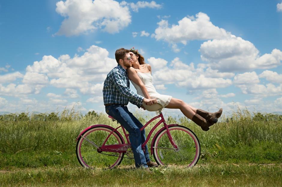 Moda na dwa kółka: Polacy coraz częściej korzystają z rowerów