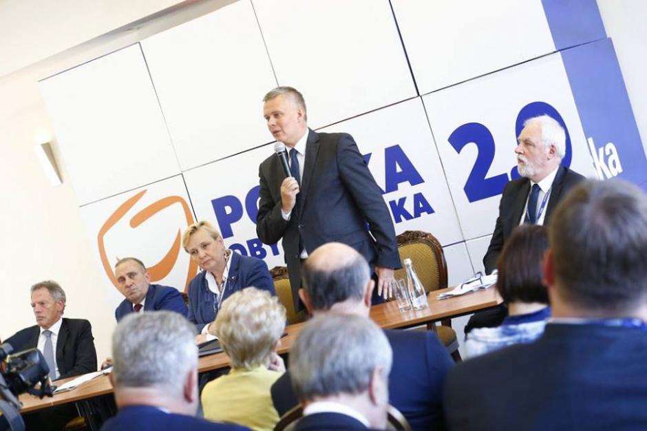 Wybory samorządowe: Tomasz Siemoniak ma notes z nazwiskami kandydatów PO