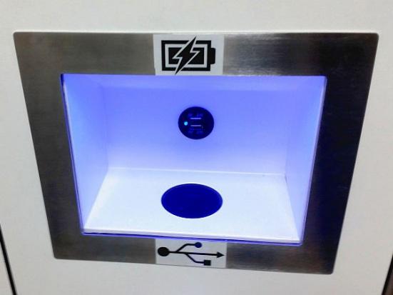 wyjścia USB znajdują się na zewnętrznej ścianie elewacji nieopodal wejścia do szaletu miejskiego (fot.mat.prasowe)