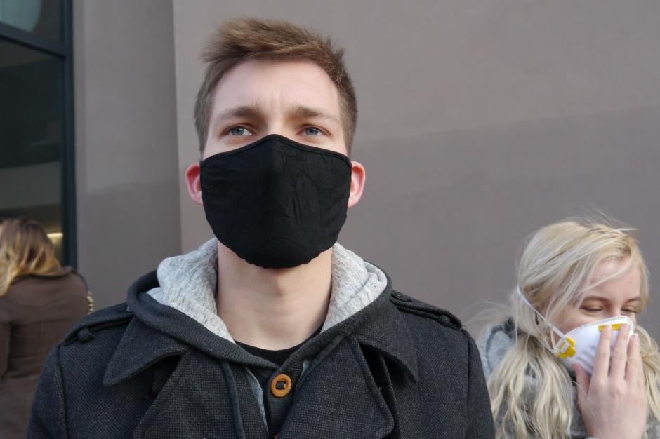 Kraków, smog: Powietrze nadal zanieczyszczone. Mieszkańcy zakładają maseczki