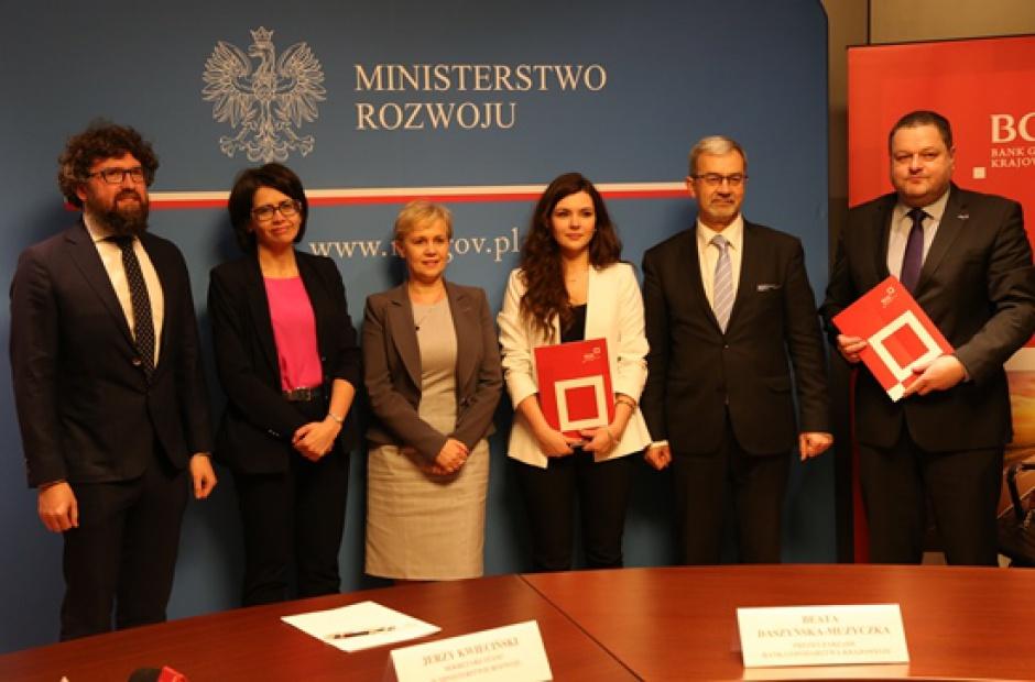 Projekt ma wyrównywać szanse i walczyć z tzw. wykluczeniem cyfrowym zarówno wśród mieszkańców, jak i przedsiębiorców. (fot. mr.gov.pl)