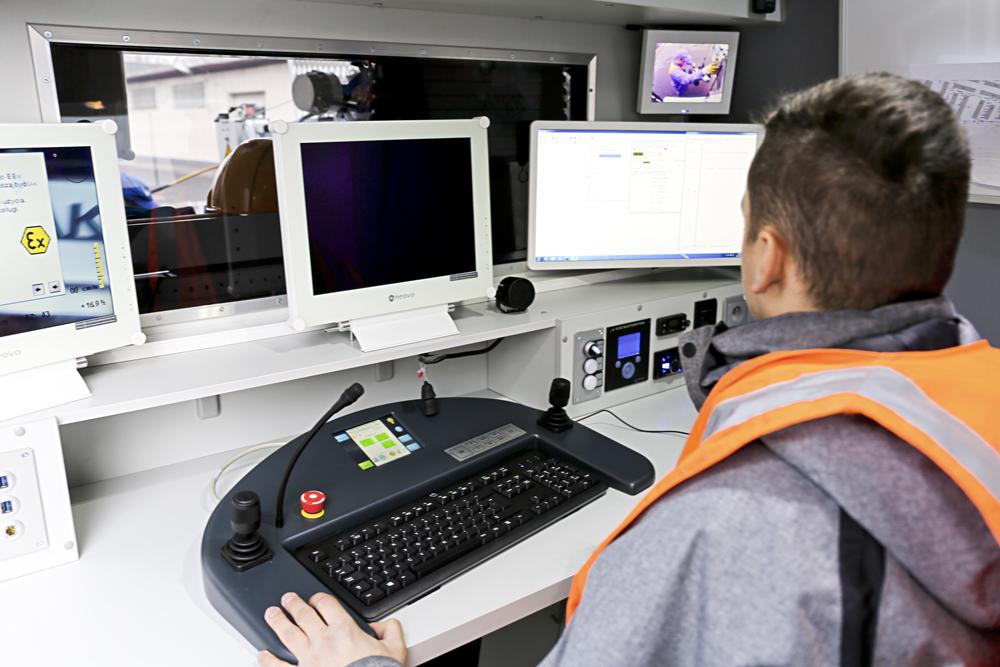Łazikiem steruje zdalnie specjalista z Dąbrowskich Wodociągów, który ma do dyspozycji najnowocześniejszy system kamer z 10-krotnym zbliżeniem optycznym. (fot. Dąbrowskie Wodociągi)