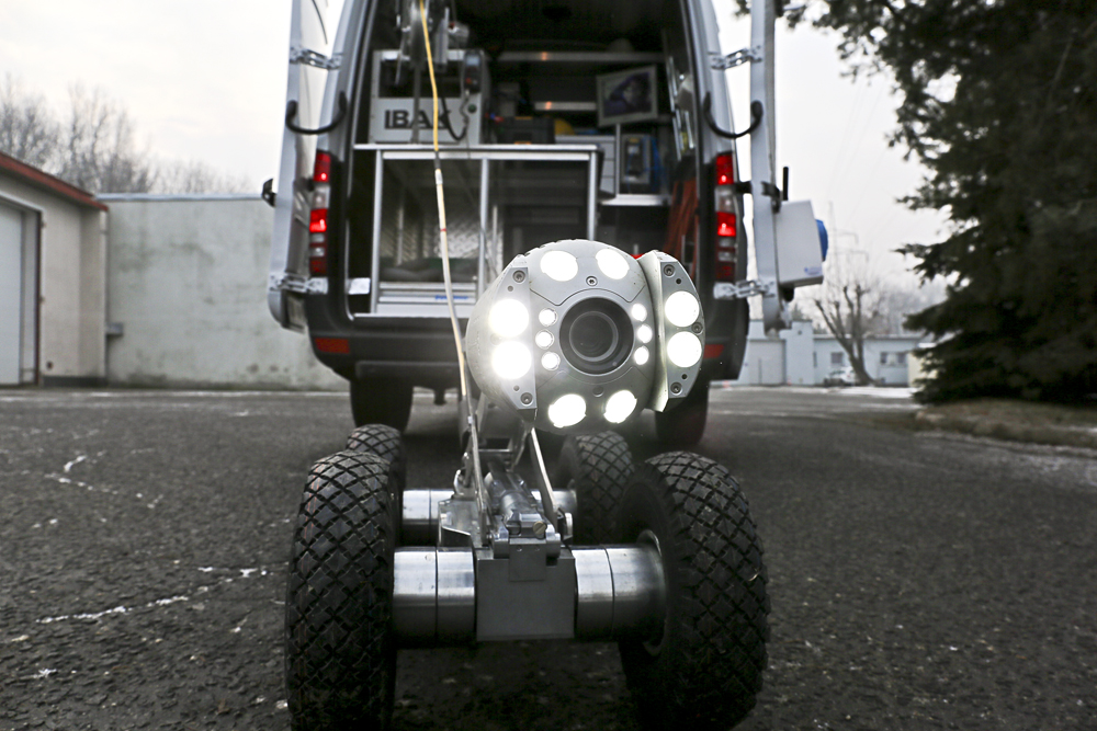 Większy łazik, Argus, waży 53,5 kg. Posiada obrotową i uchylną kamerę, wypełnioną w środku azotem, którego ciśnienie jest cały czas monitorowane. (fot. Dąbrowskie Wodociągi)