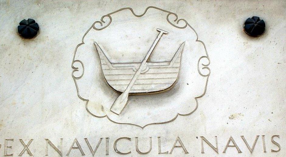 Herb miasta Łodzi z łacińską inskrypcją, która jest hasłem miasta - Ex navicula navis (Z łódeczki łódź), źródło: wikipedia.org/domena publiczna