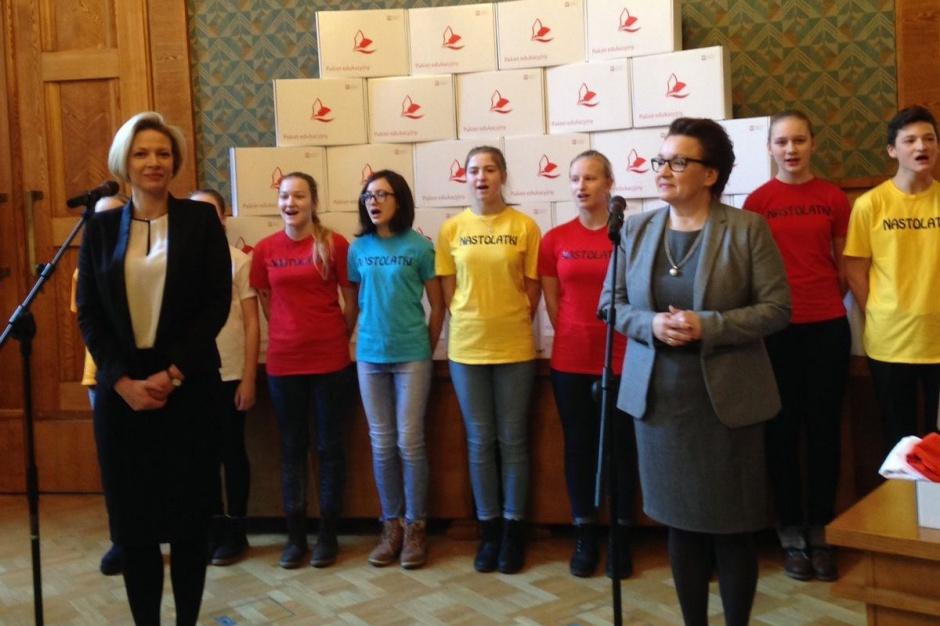 Polskie godło, flagi i szarfy trafiłą do szkół za granicą