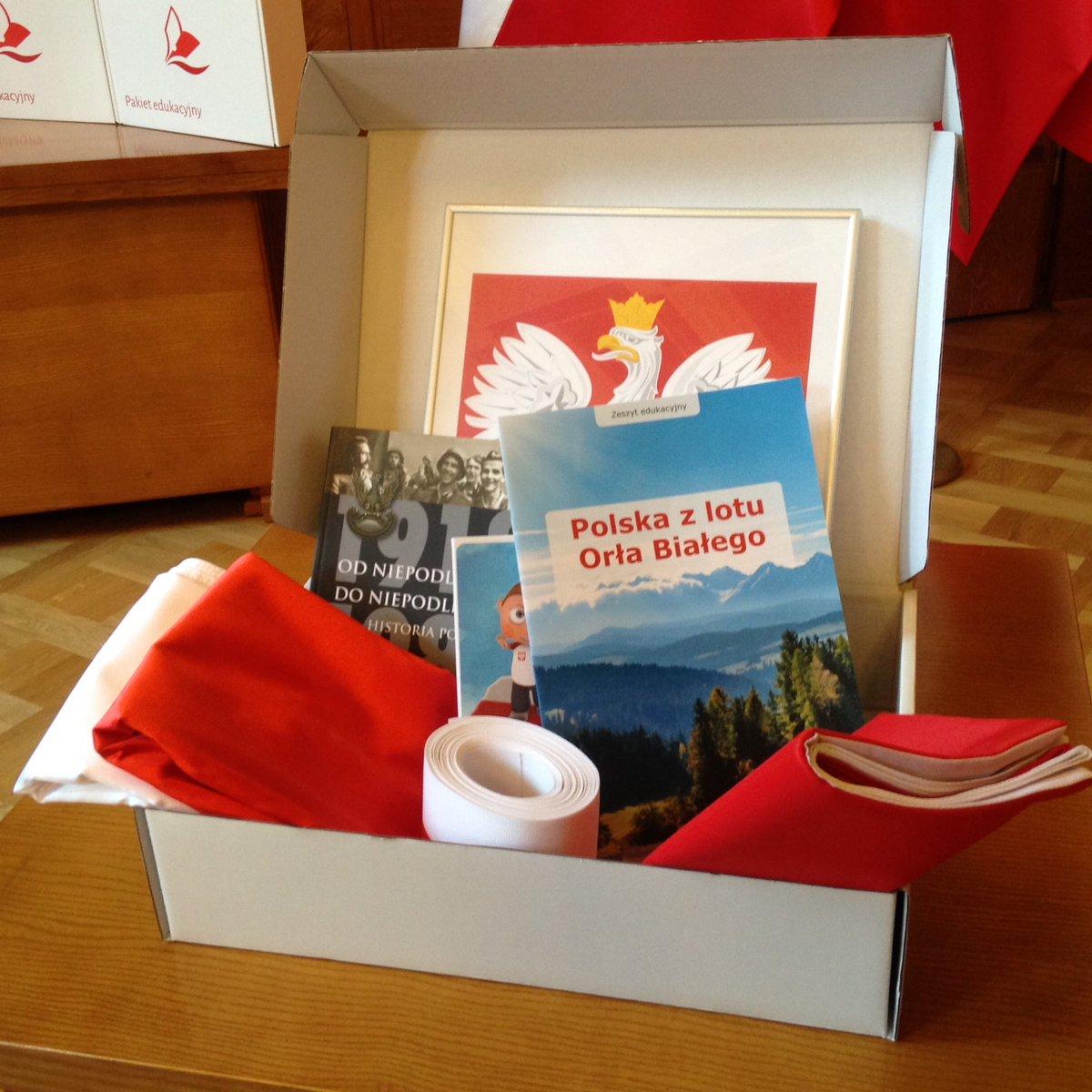 Pakiet patriotyczny zawiera polskie godło, dwie flagi, szarfy w barwach narodowych oraz pomoce edukacyjne (fot.twitter.com/MEN_GOV_PL)