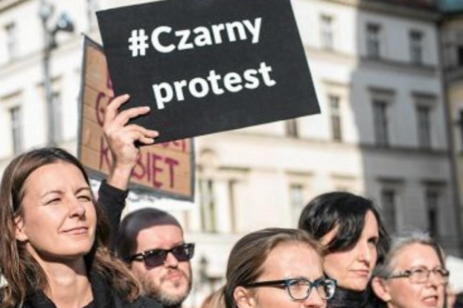Kuratorium wydało decyzję w sprawie nauczycielki popierającej czarny protest