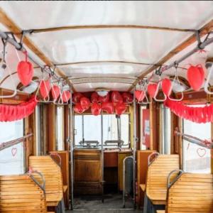 Łódź    Na romantyczną podróż komunikacją miejską zaprasza też Łódź.   Specjalny walentynkowy i zabytkowy tramwaj będzie kursował pomiędzy pętlą przy ul. Północnej, a pętlą Chocianowice, zlokalizowaną przy Porcie Łódź w godzinach 18:00-21:00. W walentynkowym tramwaju będzie można spotkać niesamowitych gości - artystów Teatru Muzycznego, którzy swoimi występami umilą pasażerom podróż. Dodatkowo wszyscy, którzy skuszą się na przejażdżkę, otrzymają upominki oraz zaproszenia od naszego Centrum na kawę i ciastko do IKEA Cafe. Akcja jest wspólną inicjatywą Portu Łódź, MPK i Teatru Muzycznego. (fot.twitter.com/Miasto_Lodz)