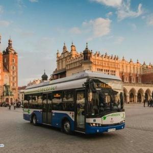 Kraków    Jeżeli brakuje wam pomysłu, jak wyznać w walentynki miłość drugiej osobie, a będziecie tego dnia w Krakowie, koniecznie wsiądźcie do elektrycznego autobusu krakowskiego MPK, który od godz. 12.00 do godz. 15.00 będzie stał na Rynku Głównym (obok kościoła św. Wojciecha). W wyznaniu miłości pomogą aktorzy Teatru STU, którzy razem z zakochanymi będą czytać najbardziej romantyczne fragmenty dzieł Wiliama Szekspira.   Zakochani, którzy w walentynki wsiądą do autobusu MPK i wezmą udział we wspólnym czytaniu, otrzymają pamiątkowe wydawnictwo Teatru STU. W części jubileuszowych folderów teatru zostały ukryte wejściówki na przedstawienia.