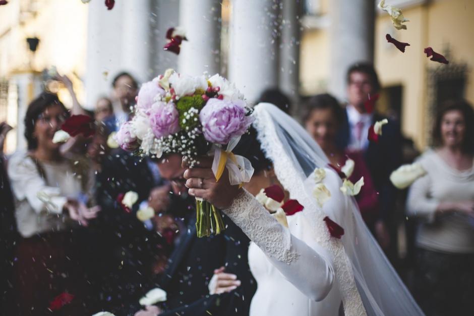 GUS: Więcej małżeństw i mniej rozwodów w 2016 r.