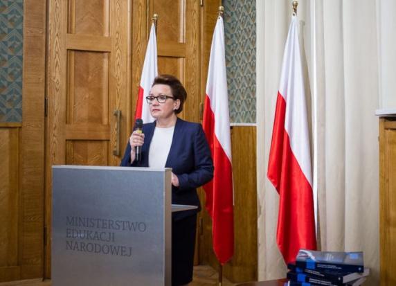 Reforma oświaty, likwidacja gimnazjów: Anna Zalewska podpisała rozporządzenie w sprawie podstawy programowej