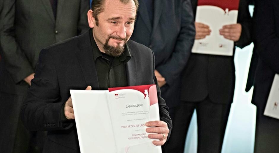 Poseł i muzyk Piotr Liroy-Marzec gdy odbierał w 2015 roku nominację do parlamentu, teraz miałby ją zamienić na szansę pracy w ratuszu Warszawy, źródło: Piotr Liroy-Marzec/facebook.com