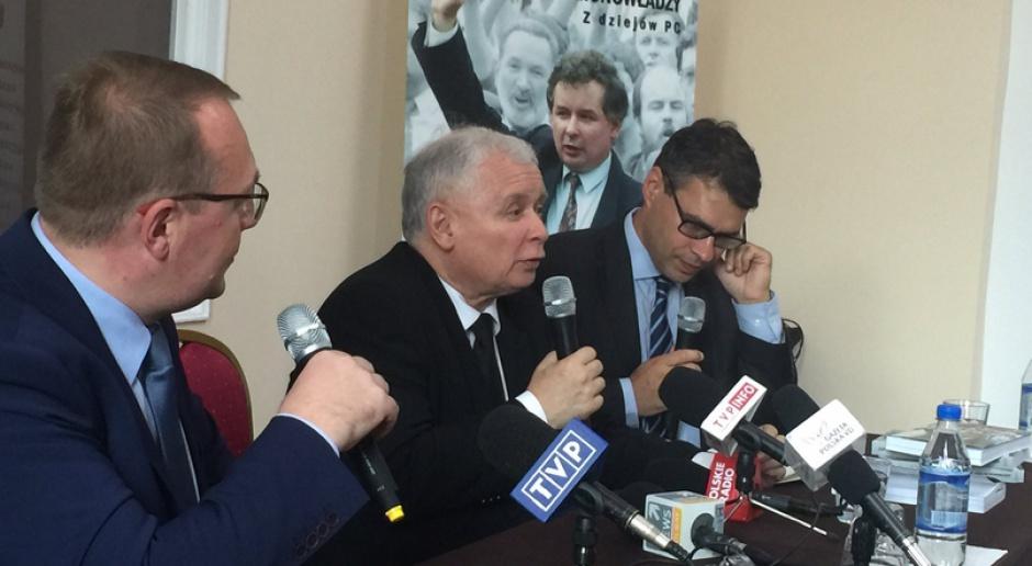 Tomasz Siemoniak (PO) podkreśla diametralną różnicę w wizji Polski między politykami PO i Jarosławem Kaczyńskim. Właśnie o tę wizję ma rozegrać się batalia w 2018 roku, źródło: PiS/twitter.com