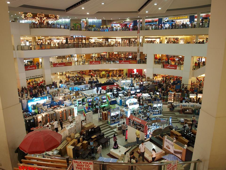 Mieszkańcy okolic dużej aglomeracji miejskiej, mając centrum handlowe z ulubionymi sklepami i kinem we własnym mieście, wybiorą ten kierunek zamiast dwugodzinnej podróży do najbliższego dużego miasta. (fot. pixabay.com)