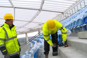 Drugi największy polski stadion ma już pierwsze krzesełka (wideo)