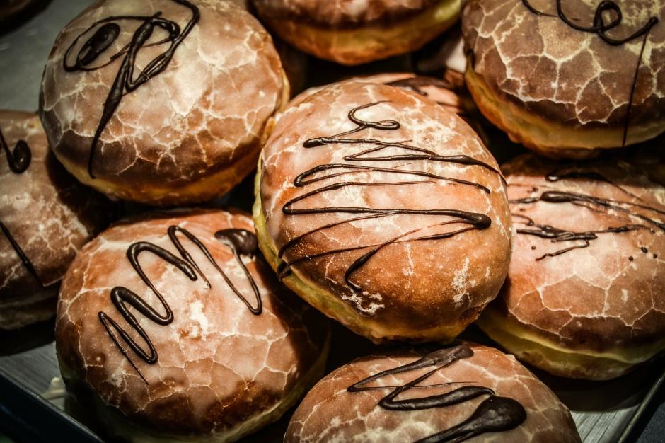 Tłusty czwartek: Zjedzenie pączka według tradycji ma zapewnić szczęście