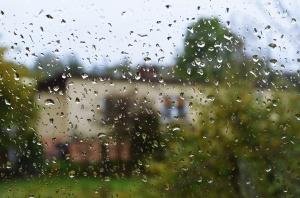 Brak prądu, zalane domy i uszkodzone dachy po wichurach