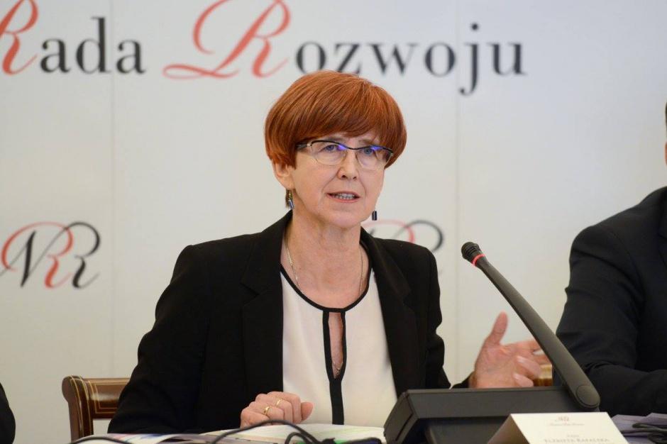 Świadczenia rodzinne, Elżbieta Rafalska: Zmalał poziom ubóstwa rodzin z dziećmi. Efekt 500 plus?