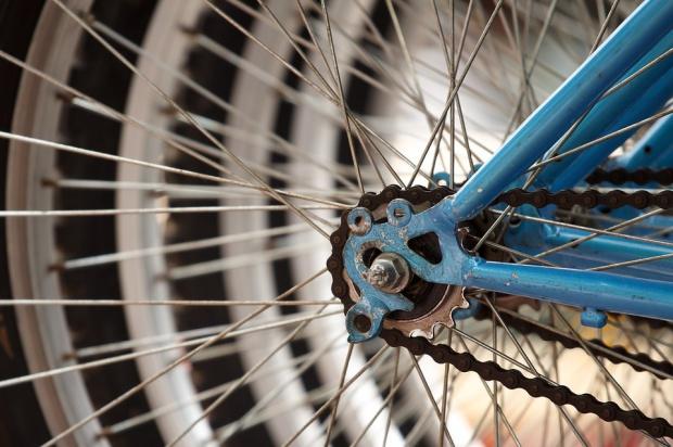 W Krakowie postawiono stojaki rowerowe inspirowane... Wyspiańskim