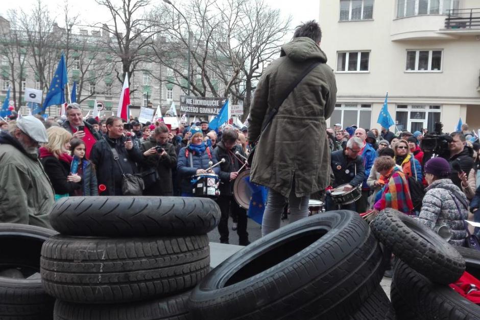 Reforma edukacji, likwidacja gimnazjów: Protest 100 opon ostrzeżeniem dla Anny Zalewskiej
