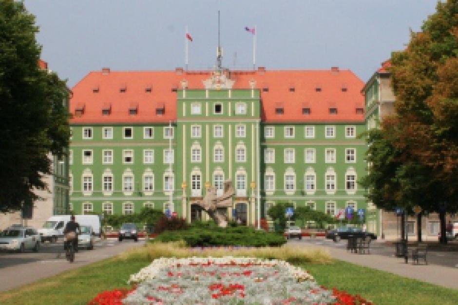 Protest w Szczecinie: Pracownicy miejskich spółek i zakładów chcą 700 zł podwyżki