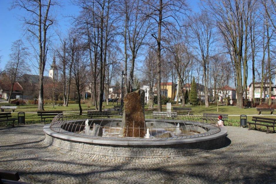 Inhalacje przy miejskiej fontannie. Gmina Strumień ma się czym pochwalić