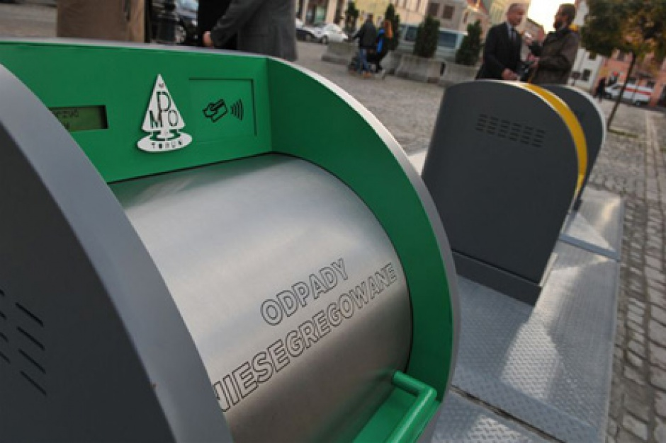 """Poznań, podziemne kosze na śmieci: Przykład wyrzucania pieniędzy """"do śmieci""""?"""