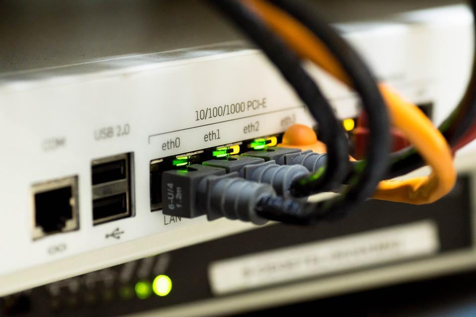 Placówki oświatowe w szkołach znajdują się w 19,5 tys. lokalizacji. Jedynie 4,4 tys. lokalizacji znajduje się w zasięgu infrastruktury telekomunikacyjnej umożliwiającej podłączenie do szybkiego internetu. (fot. pixabay)