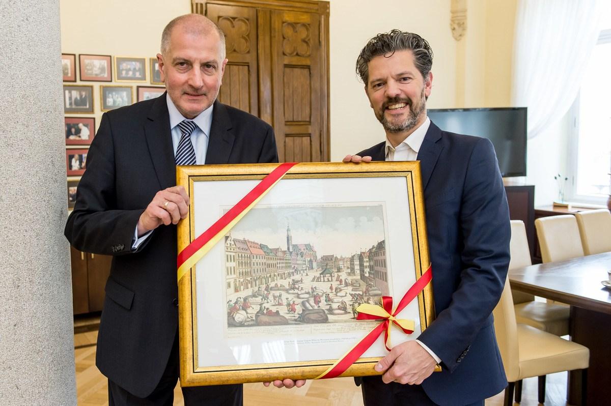 Prezydent Wrocławia Rafał Dutkiewicz i Dagur B. Eggertson - burmistrz Reykjaviku. (fot. UM Wrocław)