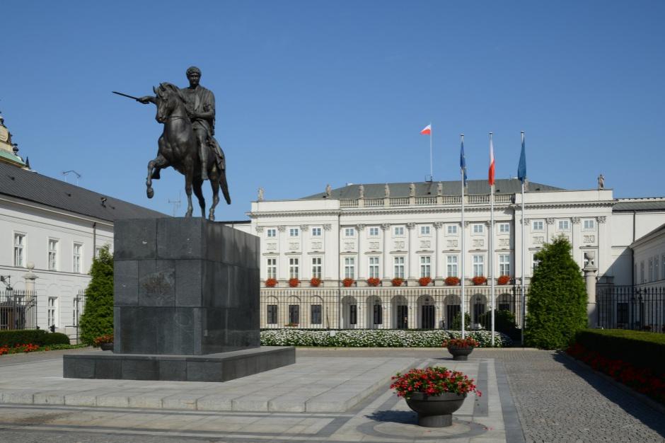 Pomnik smoleński. PiS chce go na Krakowskim Przedmieściu, ratusz na Focha