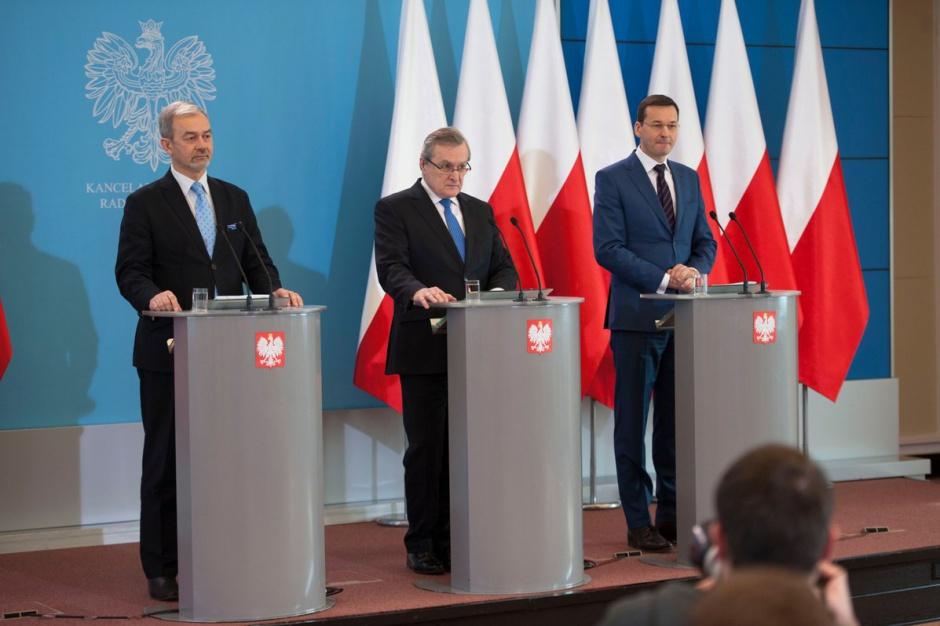 Piotr Gliński, Mateusz Morawiecki i Jerzy Kwieciński poinformowali o przyjęciu SOR-u w lutym br. (fot. Twitter/MR)