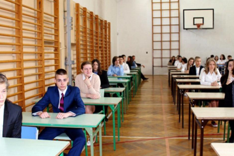 Egzamin gimnazjalny: Rozpoczął się test z wiedzy matematyczno-przyrodniczej