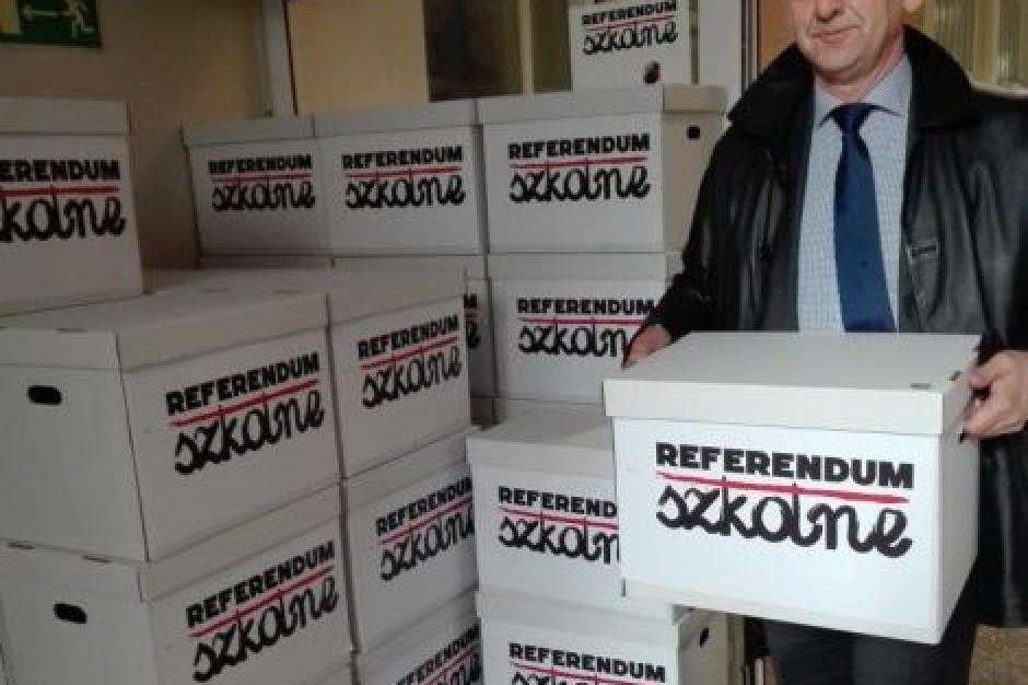Referendum edukacyjne: ZNP składa podpisy. Zalewska: To polityczna robota
