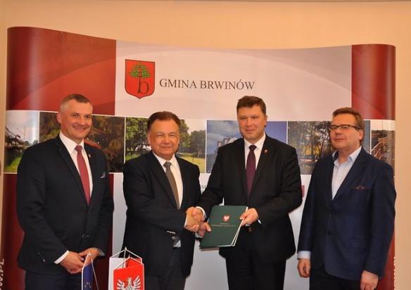 Fundusze unijne zmieniają gminę. 8,3 mln zł na budowę dróg rowerowych i renowację pałacu w Brwinowie